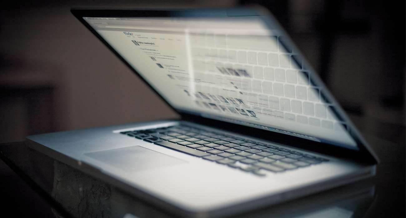 W Stanach Zjednoczonych zabroniono latania z MacBookiem Pro polecane, ciekawostki zakaz lotów z macbook pro, zakaz latania z macbookiem pro, samolot, MacBook Pro, Apple  Amerykańska Federalna Administracja Lotnicza zabroniła liniom lotniczym transportu niektórych modeli komputerów MacBook Pro 2015. MacBook 1300x700