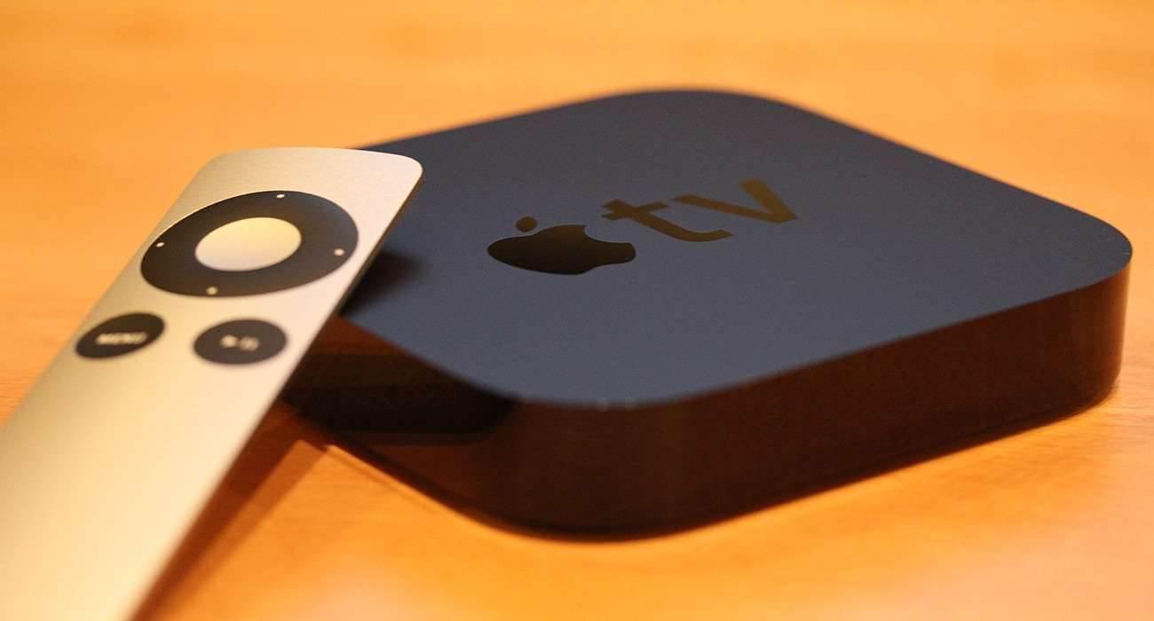 Apple TV z Siri?  ciekawostki Siri, nowe apple tv, kiedy premiera nowego Apple TV, iOS 7.1, iOS, AppleTV, Apple TV z Siri, Apple TV, Apple  Apple TV z Siri? Tak,  jest wielce prawdopodobne,  że już wkrótce Apple TV otrzyma wsparcie dla Siri. Wszystko za sprawą kodu, który został odnaleziony w SDK iOS 7.1 i 7.1.1. appletv 1300x700