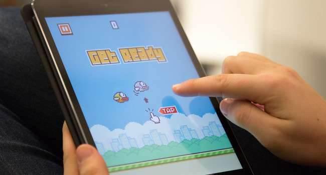 Flappy Bird: New Season - prawie idealny klon Flappy Bird gry-i-aplikacje kody do Flappy Bird, klon flappy bird, jak grac w Flappy Bird, iPhone, iPad, Gra, Flappy bird powraca do App Store, Flappy bird, Apple, App Store  To nie jest żart! Bardzo dobra wiadomość dla fanów latającego ptaka. Najbardziej irytująca gra tego roku ponownie jest dostępna w App Store! Flappy 650x350