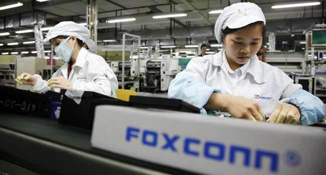 Były menedżer Foxconn trafi na 10 lat do więzienia za kradzież iPhone`ów 5 i 5S ciekawostki wyrok, kradzież, iPhone 5s, iPhone 5, Foxcoon, Apple  Jeden z byłych menedżerów Foxconn wykradł razem z ośmioma pracownikami 5700 sztuk iPhone'ów, a potem je sprzedał, co dało mu dochody równe 1,56 miliona $. Foxonn.onetech.pl  650x350