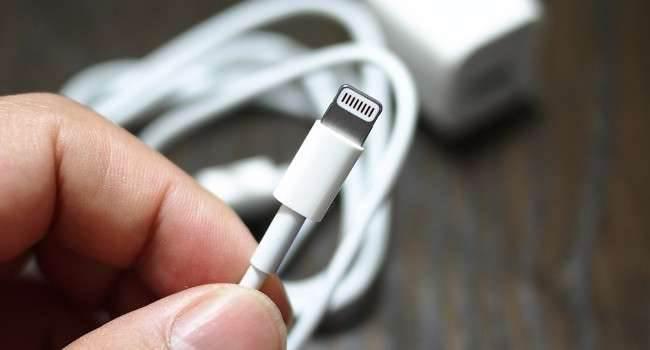 Oto kabel Lightning, który kradnie hasła i inne dane ciekawostki, box Lightning, kabel lightnig, kabel ktory kragnie hasla, iPhone, czip w kablu  Jak donosi Vice, badacz bezpieczeństwa stworzył zwyczajnie wyglądający kabel Lightning, który może zostać wykorzystany do kradzieży haseł i innych danych. Lightning 650x350