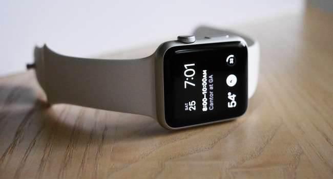 Pierwsza luka w Apple Watch polecane, ciekawostki zegarek Apple, Zegarek, Youtube, Wideo, luka, jak ominąć kod blokady w apple watch, jak ominąć kod blokady, jak odblokować apple watch, Apple  Przedwczoraj na YouTube użytkownik myjailbreakmovies udostępnił ł film na którym zaprezentował pierwszą lukę w Apple Watch. applew 650x350