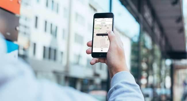 Uber, czyli tańsza alternatywa taksówki - recenzja apki na iOS polecane, gry-i-aplikacje zamów taxi z iPhone, Za darmo, Uber na iPhone, Uber na iOS, Uber, Recenzja, jak zamówić taksówkę iPhonem, jak działa Uber na iPhone, iOS  Ostatnio miałem okazje skorzystać z usług firmy Uber. Wspomniany usługodawca jest nowym graczem na rynku przewozu osób, budzący w swoim środowisku skrajne emocje. UberiOS 650x350