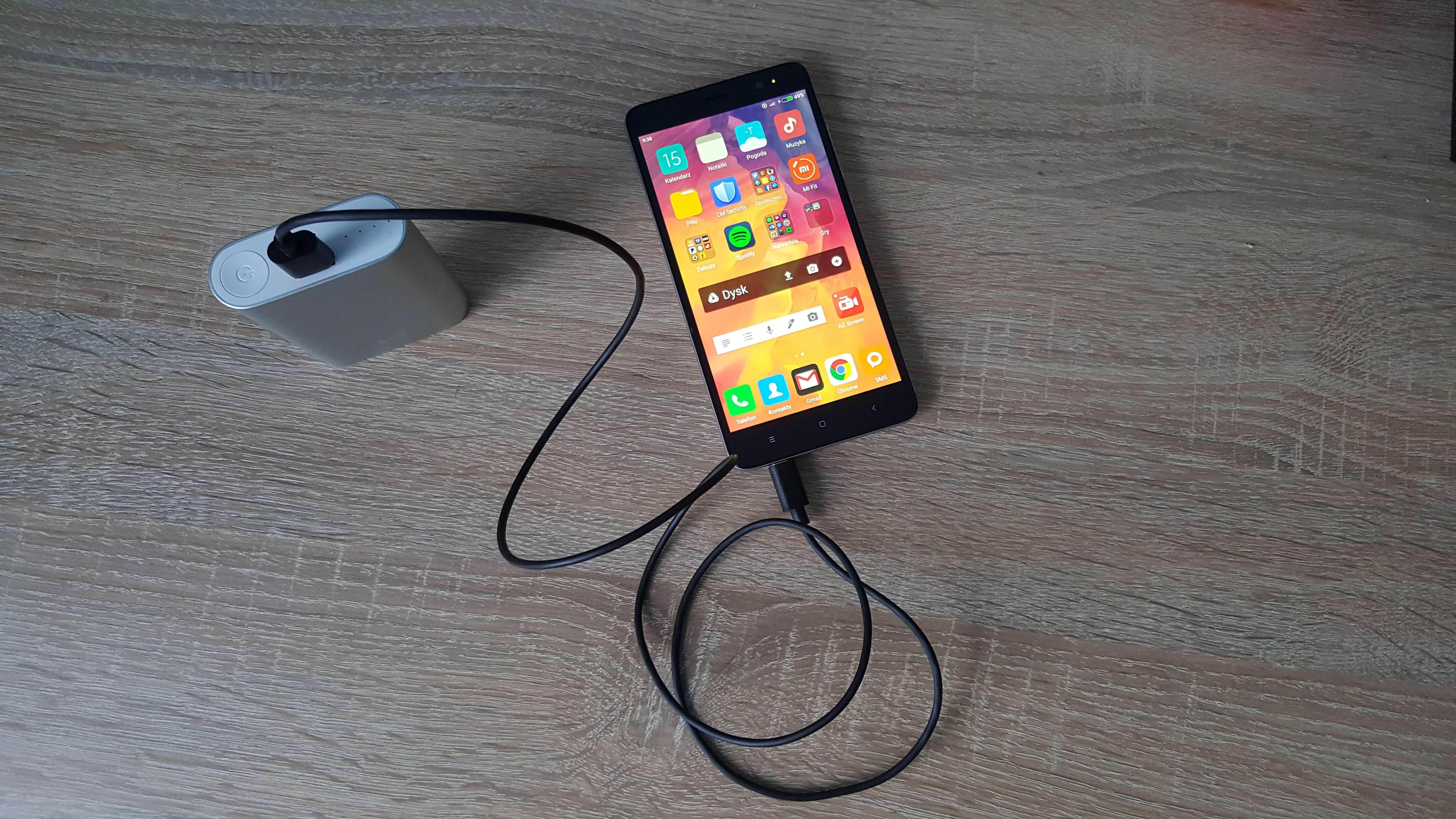 W rzeczywistości pojemność wynosi zaledwie 6250mAh co pozwoliło mi na jedno pełne naładowanie Xiaomi Redmi Note 3 i Motoroli Moto G XT1032