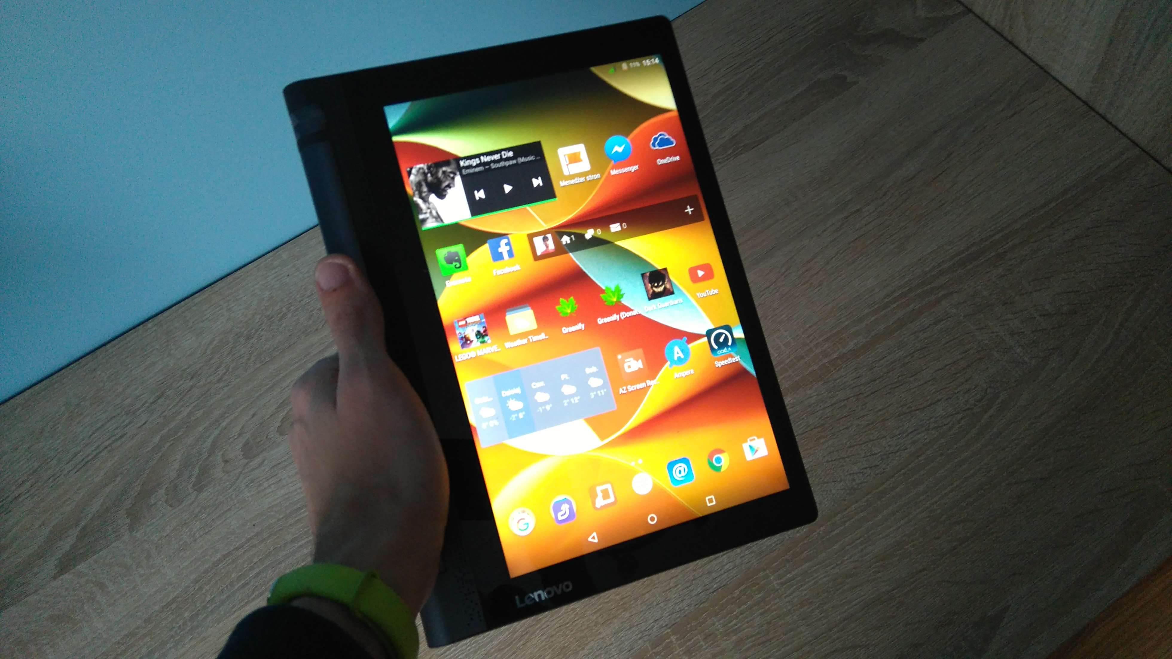 Lenovo Yoga Tab 3 LTE - recenzja urządzenia recenzje, polecane zalety, yoga tab 3, wady, Tablet, polska recenzja Lenovo Yoga Tab 3 LTE, polska recenzja, Lenovo Yoga Tab 3 LTE, lenovo, jak działa Lenovo Yoga Tab 3 LTE, czy warto kupić Lenovo Yoga Tab 3 LTE, cena Lenovo Yoga Tab 3 LTE  Nie ma się co oszukiwać, większość obecnie dostępnych tabletów wygląda niemal tak samo i różnią je od siebie drobne szczegóły wprowadzane do wzornictwa z generacji na generację, ale jednym z odmiennych modeli jest bez wątpienia seria tabletów Yoga, wprowadzona na rynek mobilny przez Lenovo. Czy przednie głośniki stereo i fabrycznie zamontowany stojak wystarczy, aby przykuć uwagę potencjalnego nabywcy? DSC 0020