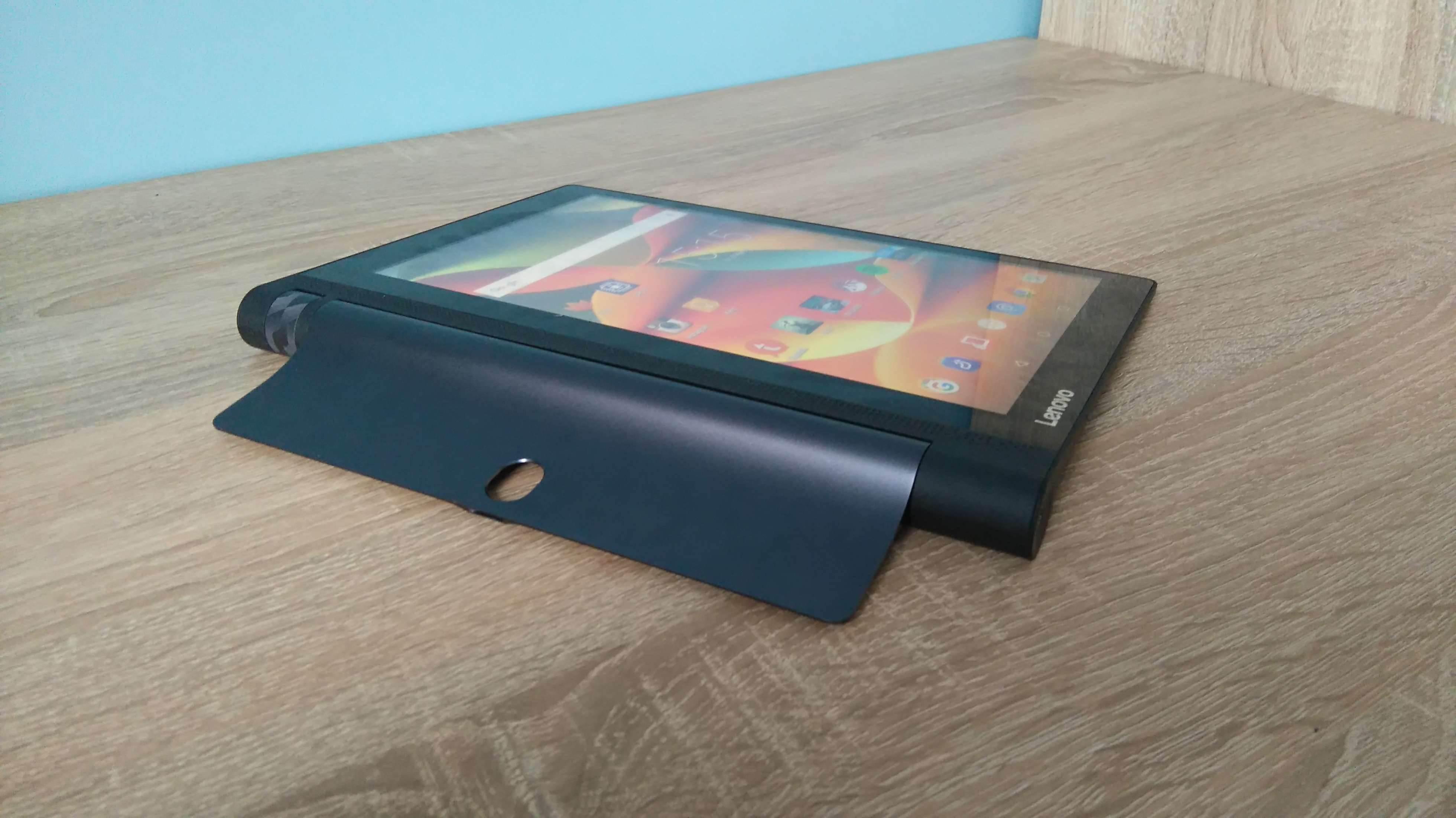 Lenovo Yoga Tab 3 LTE - recenzja urządzenia recenzje, polecane zalety, yoga tab 3, wady, Tablet, polska recenzja Lenovo Yoga Tab 3 LTE, polska recenzja, Lenovo Yoga Tab 3 LTE, lenovo, jak działa Lenovo Yoga Tab 3 LTE, czy warto kupić Lenovo Yoga Tab 3 LTE, cena Lenovo Yoga Tab 3 LTE  Nie ma się co oszukiwać, większość obecnie dostępnych tabletów wygląda niemal tak samo i różnią je od siebie drobne szczegóły wprowadzane do wzornictwa z generacji na generację, ale jednym z odmiennych modeli jest bez wątpienia seria tabletów Yoga, wprowadzona na rynek mobilny przez Lenovo. Czy przednie głośniki stereo i fabrycznie zamontowany stojak wystarczy, aby przykuć uwagę potencjalnego nabywcy? DSC 0025