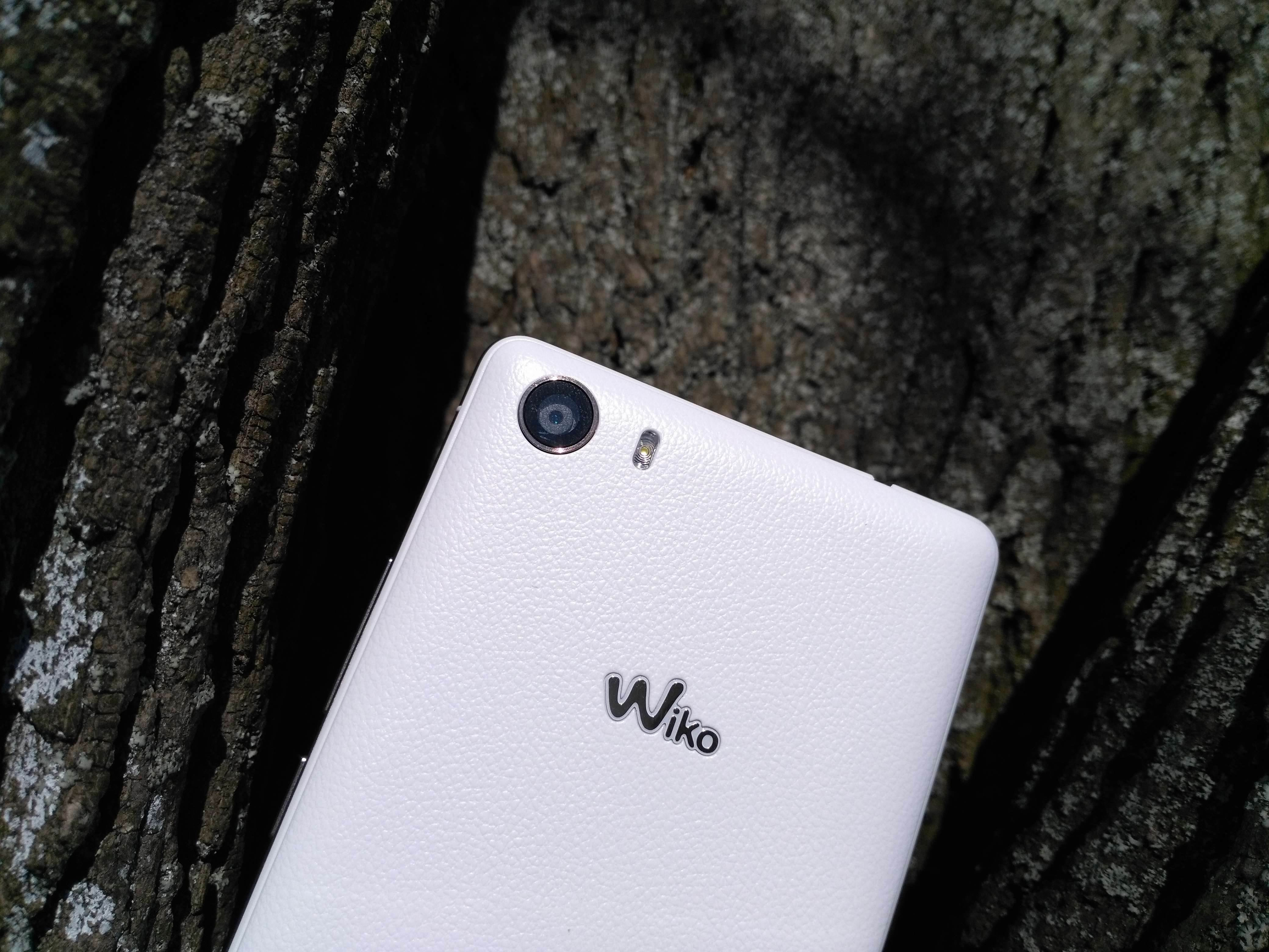 Wiko Fever - recenzja urządzenia recenzje, polecane zalety, Wiko Fever, wiko, Wideo, wady, Specyfikacja, smartfon Wiko Fever, recenzja Wiko Fever, polska recenzja Wiko Fever, aparat  Poszukiwanie smartfona do 1000 zł może być trudne, większość jest taka sama, a producenci zazwyczaj kładą nacisk na jedną część składową, która ma odróżniać ich produkt od konkurencji. Jedni postawią na świetny aparat, kolejni na wzornictwo, a inni wezmą pod uwagę większy wyświetlacz. Jednak nikt oprócz Wiko nie pomyślał o fluorescencyjnej obudowie (jej części), ale czy to pozwoli na zaskarbienie sobie serc użytkowników? IMG 20160316 134234