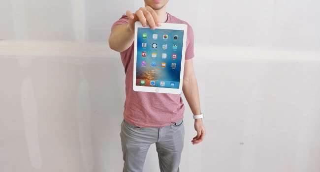 """Zobacz pierwszy drop test nowego 9,7"""" iPada Pro polecane, ciekawostki Wideo, test wytrzymałościowy, test na wytrzymałość, nowy iPad Pro, jak wytrzymały jest nowy ipad pro, drop test, Apple, 9.7 ipad pro  To oczywiście było do przewidzenia. Od premiery iPada Pro minęło zaledwie kilkanaście godzin, a w sieci już dostępne są pierwsze filmy na których można zobaczyć jak wytrzymały jest mały iPad Pro. ipadpro 650x350"""