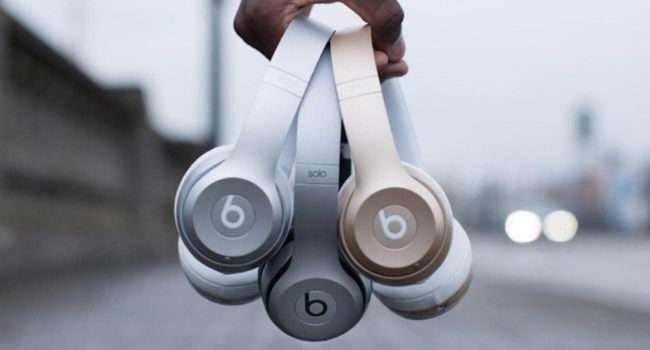 Beats wydało nowe warianty kolorystyczne swoich słuchawek ciekawostki BeatsX, Beats Studio3, Apple  Beats będące w rękach Apple wydało nowe warianty kolorystyczne słuchawek Studio3. Pojawiła siętzw. kolekcja Camo, a kolory to Forest Green i Sand Dune. beats 650x350