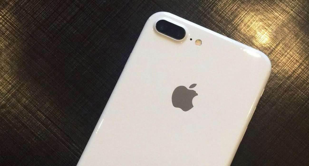 Posiadacze iPhone 7 / 7 Plus narzekają na niedziałający aparat w iOS 14 polecane, ciekawostki niedzialajacy aparat, nie działa latarka, nie działa lampa błyskowa, nie dziala latarka, nie dziala aparat, nie dizala lampa blyskowa, iPhone 7 Plus, iPhone 7, iOS 14, czarne tlo  Właściciele iPhone 7 i iPhone 7 Plus od kilku dni zasypują forum Apple wiadomościami w których narzekają na niedziałający aparat w ich iPhone 7 i iPhone 7 Plus z systemem iOS 14. iPhone7white