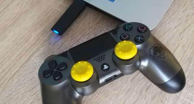 DualShock 4 Wireless Adaptor - test i recenzja recenzje, akcesoria zalety, wady, Specyfikacja, Recenzja, polska recenzja, DualShock 4 Wireless Adaptor  Prawie w ogóle nie korzystam z gry zdalnej dostępnej w oprogramowaniu PlayStation 4, ponieważ dla mnie to zbędna funkcja. Korzystałem z niej aż dwa razy, za pierwszym razem pad był połączony kablem, a po zakupie dedykowanego adaptera Bluetooth mogłem połączyć go bezprzewodowo z laptopem siostrzeńca. 1 7 650x350