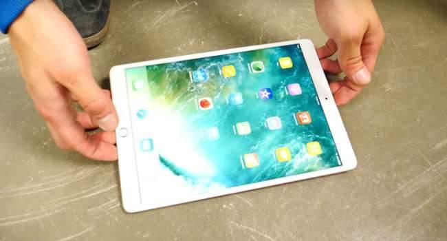 Pierwszy drop test nowego 10,5-calowego iPada Pro polecane, ciekawostki Wideo, test wytrzymałościowy, test na wytrzymałość, test iPada Pro, jak wytrzymały jest nowy 10.5 calowy ipad pro, jak wytrzymały jest ipad Pro, drop test, Apple Watch, Apple iPad Pro, Apple, 10.5 ipad pro  To oczywiście było do przewidzenia. Od premieryiPada Prominął już dobry tydzień, więc w sieci pojawiają się pierwsze filmy na których można zobaczyć jak wytrzymałe jest najnowsze urządzenie od Apple. iPadPro 1 650x350