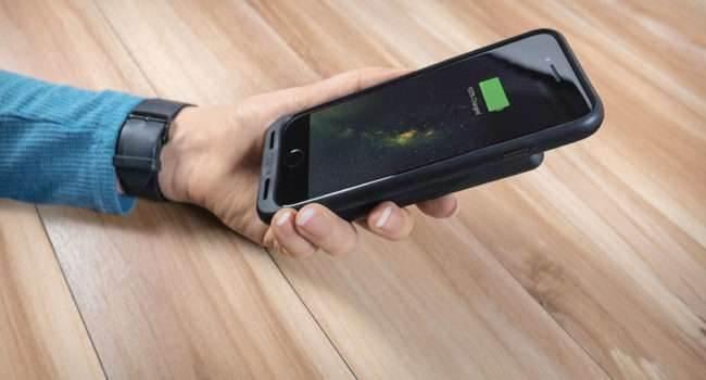 Mophie wprowadza na rynek etui charge force dla iPhone 7/7 Plus oraz Galaxy S8/S8 Plus ciekawostki Wideo, mophie, iPhone 7, galaxy s8, etui, bezprzewodowe ładowanie  Mophie czołowy producent etui wyposażonych w dodatkową baterię wprowadza na rynek etui charge force? przeznaczone specjalnie dla smartfonów iPhone 7/7 Plus oraz Samsung Galaxy S8/S8 Plus, a także rozwiązanie charge force powerstation mini.  mophie 650x350