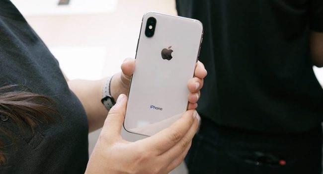 Apple będzie musiało polegać wyłącznie na drogich wyświetlaczach Samsunga dla iPhone'ów X ciekawostki Samsung, LG, ekran iPhone X, Apple  Zastanawialiście się dlaczego iPhone X jest taki drogi? Jednym z powodów jest wyświetlacz OLED produkowany przez Samsunga, za który Koreańczycy każą sobie płacić prawie 100$ za sztukę. iPhone X 1 650x350