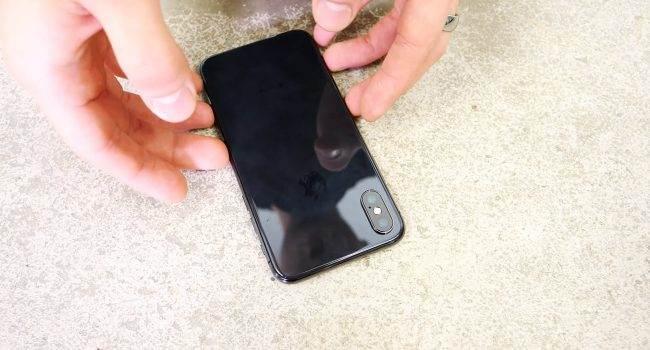 iPhone X - pierwszy drop test polecane, ciekawostki Wideo, test wytrzymałościowy, jak wytrzymały jest iPhone X, iPhone X, drop test iPhone X, drop test, Apple  Od premiery iPhone X minęło już kilkanaście godzin, więc w sieci są już dostępne pierwsze filmy na których można zobaczyć jak wytrzymałe jest najnowsze dziecko od Apple. iPhoneX drop test 650x350