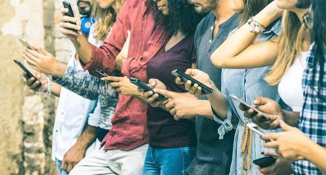 Ile czasu Polacy spędzają w sieci? Oto najnowszy raport Hootsuite i We Are Social polecane, ciekawostki internet, ile siedzimy w sieci, ile polak korzysta z internetu  Według nowego raportu Hootsuite i We Are Social przeciętna osoba spędza w internecie.. no właśnie ile? Poniżej znajdziecie odpowiedź na to pytanie. siec 1 650x350