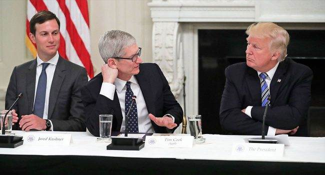 """Prezydent Trump omyłkowo nazywa Apple CEO """"Timem Apple"""" - zobacz wideo polecane, ciekawostki Wideo, trump, Tim Cook, Tim Apple, pomyłka prezydenta USA  Prezydent USA Donald Trump przewodniczył posiedzeniu Rady Doradczej ds. Polityki personalnej USA w Białym Domu. Obecny był tam także Apple CEO Tim Cook, którego Trump błędnie nazwał """"Timem Apple"""". TIM 1 650x350"""