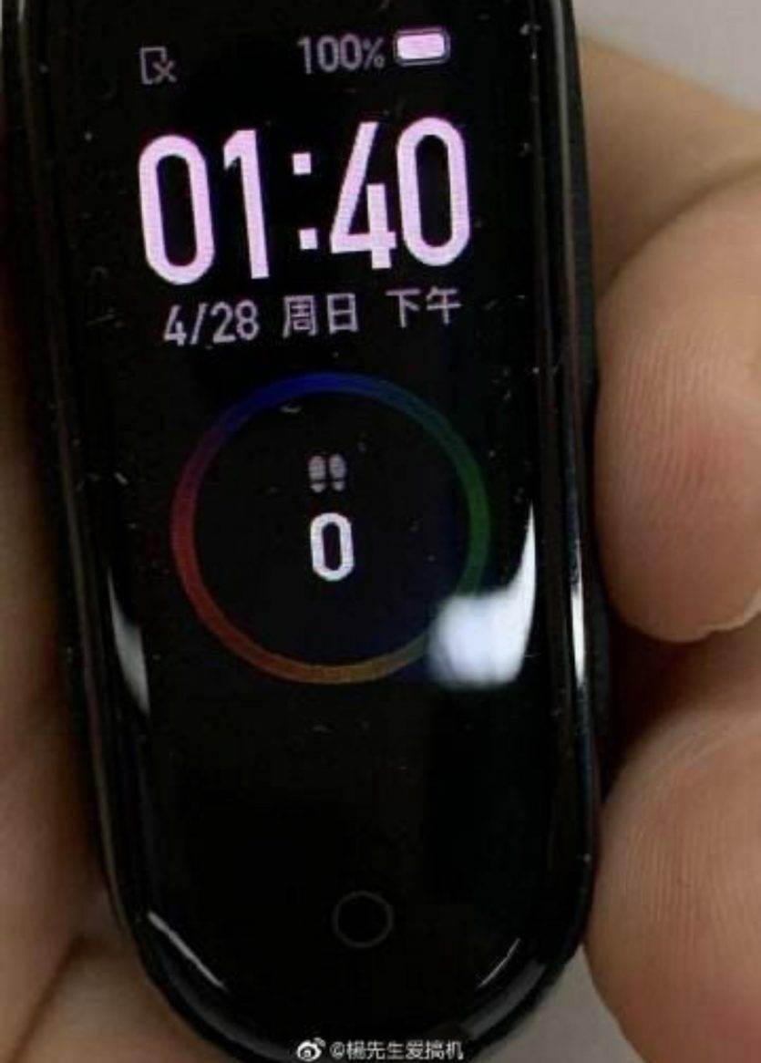 Najnowsza opaska Xiaomi Mi Band 4 z kolorowym wyświetlaczem na pierwszych zdjęciach polecane, ciekawostki xiaomi mi band 4, Xiaomi, wygląd, opaska xiaomi miband 4, mi band 4, jak wygląda mi band 4, cena  Oficjalna prezentacja Mi Band 4 dopiero w czerwcu, ale już dziś wiemy jak będzie wyglądać najnowsza opaska Xiaomi. Oto najnowsze zdjęcia. MiBand4