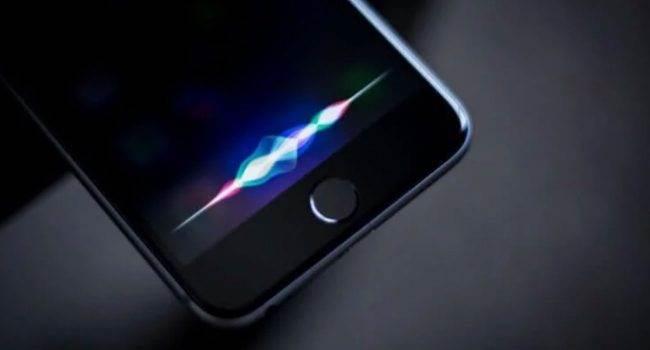 Wiedzieliście, że Apple podsłuchuje użytkowników za pomocą Siri? Na szczęście firma postanowiła to zmienić polecane, ciekawostki Siri, podsłuchiwanie siri, podsłuch, Apple  Wygląda na to, że Apple zawiesiło pracę swoich kontrahentów, którzy zajmowali się odszyfrowywaniem rozmów użytkowników za pomocą asystenta głosowego Siri - informuje o tym TechCrunch w odniesieniu do oświadczenia firmy. SiriOS 650x350