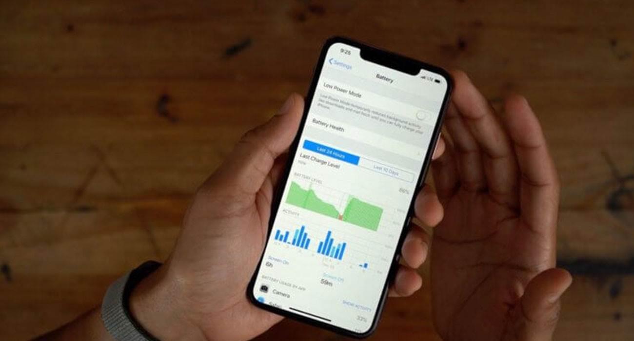 Ten prosty trik wydłuży czas pracy baterii Twojego iPhone z iOS 14 poradniki, polecane, ciekawostki slaba bateria, jak wydłużyć pracę baterii iPhone, jak wydluzyc dzialanie baterii, iPhone, iPadOS 14, iPad, iOS 14  Narzekasz na zbyt krótkie działanie baterii w Twoim smartfonie? Dziś pokażemy Wam prosty trik, który wydłuży czas pracy baterii Twojego iPhone z iOS 14. bateria