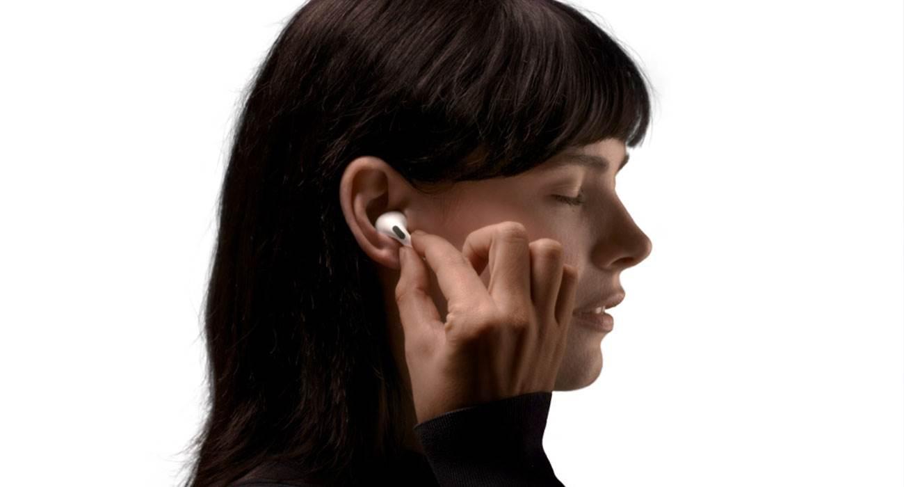 """Jak używać AirPods Pro jako aparatu słuchowego poradniki, ciekawostki tryb kontaktu, jak zmienic aipords pro w aparat sluchowy, airpods jako aparat sluchowy, AirPods  Wraz z wydaniem nowego oprogramowania dla AirPods Pro, o numerze 4A400, dla posiadaczy słuchawek udostępniony został nowy """"tryb kontaktu"""", który zamienia słuchawki w aparat słuchowy. AirPodsPro 2"""