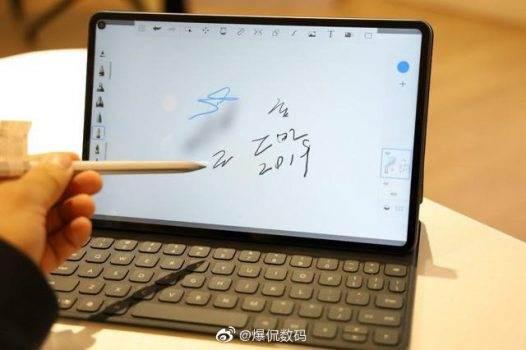 Chiński bloger opublikował recenzję Huawei MatePad Pro na kilka godzin przed oficjalną prezentacją polecane, ciekawostki Specyfikacja, Huawei MatePad Pro, Huawei, cena  Prezentacja Huawei MatePad Pro dopiero wieczorem, a w sieci już pojawiła się pierwsza recenzje najnowszego tabletu łudząco przypominającego iPada Pro.  H2 1 526x350