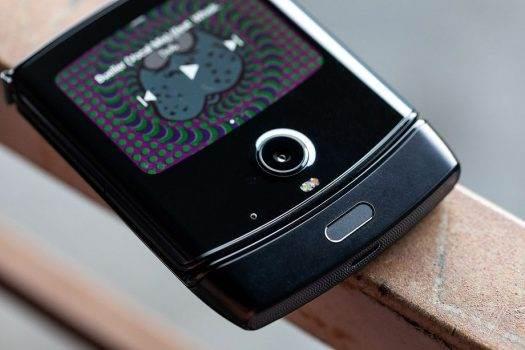 Motorola RAZR z elastycznym ekranem oficjalnie zaprezentowana. Przeszłość stała się przyszłością polecane, ciekawostki Wideo, Motorola RAZR 2019, motorola razr  No i stało się. Motorola zaprezentowała swój nowy smartfon RAZR z elastycznym ekranem, który jest bardzo podobny do RAZR V3. RAZ3 525x350