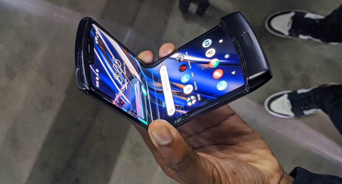Motorola RAZR z elastycznym ekranem oficjalnie zaprezentowana. Przeszłość stała się przyszłością polecane, ciekawostki Wideo, Motorola RAZR 2019, motorola razr  No i stało się. Motorola zaprezentowała swój nowy smartfon RAZR z elastycznym ekranem, który jest bardzo podobny do RAZR V3. RAZR 5