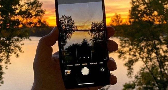 Apple udostępnia kolejny samouczek. Tym razem gigant z Cupertino pokazuje nam jak robić zdjęcia w trybie nocnym iPhone'm 11 / 11 Pro polecane, ciekawostki zdjęcia w trybie nocnym, Wideo, tryb nocny, iPhone 11 Pro, iPhone 11  Na kanale YouTube firmy Apple pojawiło się nowe wideo. Tym razem gigant z Cupertino pokazuje nam w jak robić zdjęcia w trybie nocnym najnowszym iPhone?m 11 i iPhone?m 11 Pro.  NocneZdjecia 650x350