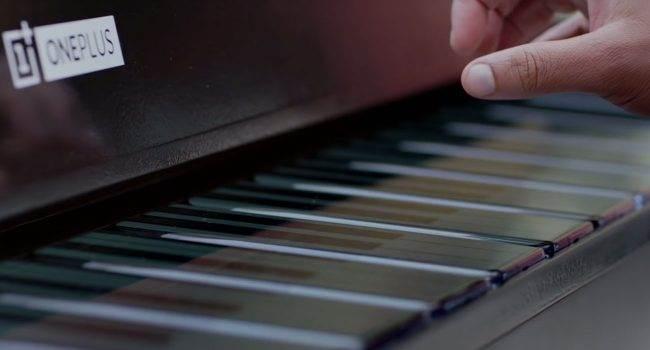 OnePlus udostępnił film, w którym muzyk gra na pianinie utworzonym z 17 smartfonów OnePlus 7T Pro polecane, ciekawostki Wideo, OnePlus Phone Piano  Na początku listopada producent smartfonów po raz pierwszy zaprezentował instrument muzyczny OnePlus Phone Piano, w którym klawisze utworzone zostały z 17 smartfonów. OnePlus 650x350