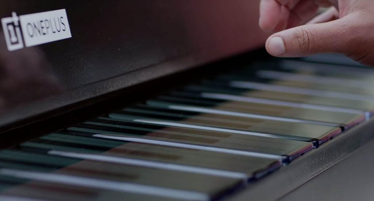 OnePlus udostępnił film, w którym muzyk gra na pianinie utworzonym z 17 smartfonów OnePlus 7T Pro polecane, ciekawostki Wideo, OnePlus Phone Piano  Na początku listopada producent smartfonów po raz pierwszy zaprezentował instrument muzyczny OnePlus Phone Piano, w którym klawisze utworzone zostały z 17 smartfonów. OnePlus