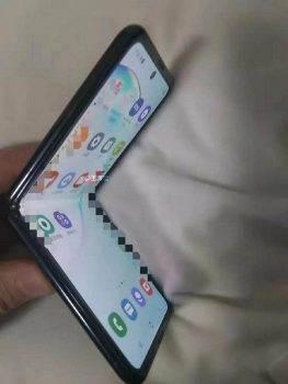 Najnowszy Samsung z klapką w stylu Moto Razr 2019 na pierwszych zdjęciach polecane, ciekawostki Samsung  Użytkownik Ice Universe, który często udostępnia informacje o najnowszych wydarzeniach w branży mobilnej, opublikował ekskluzywne zdjęcia nowego elastycznego smartfona od Samsunga. Sams 3 263x350