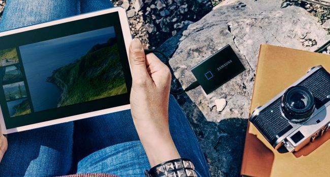 Samsung wprowadza do swojej oferty zewnętrzny dysk SSD z wbudowanym czytnikiem linii papilarnych polecane, ciekawostki SSD T7 Touch, Samsung, dysk zewnętrzny z czytnikiem linii papilarnych, cena  W dniu wczorajszym Samsung wprowadził do swojej oferty nowy przenośny dysk SSD T7 Touch o pojemności 500 GB, 1 TB lub 2 TB z wbudowanym czytnikiem linii papilarnych. samsung 1 650x350