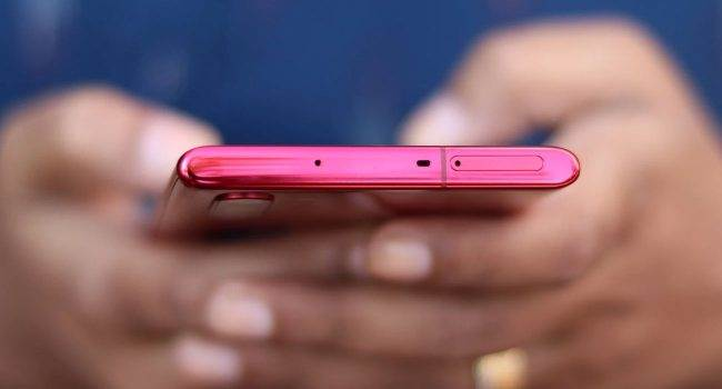 Samsung uruchomił program bezpłatnej dezynfekcji smartfonów Galaxy i innych urządzeń. Usługa dostępna jest także w Polsce polecane, ciekawostki Samsung, Polska, koronawirus, Galaxy, dezynfekcja samsung, dexynfekcja  Samsung uruchomił usługę Galaxy Sanitizing Service, czyli bezpłatny program dezynfekcji dla smartfonów Galaxy, inteligentnych zegarków i słuchawek. Samsung 650x350