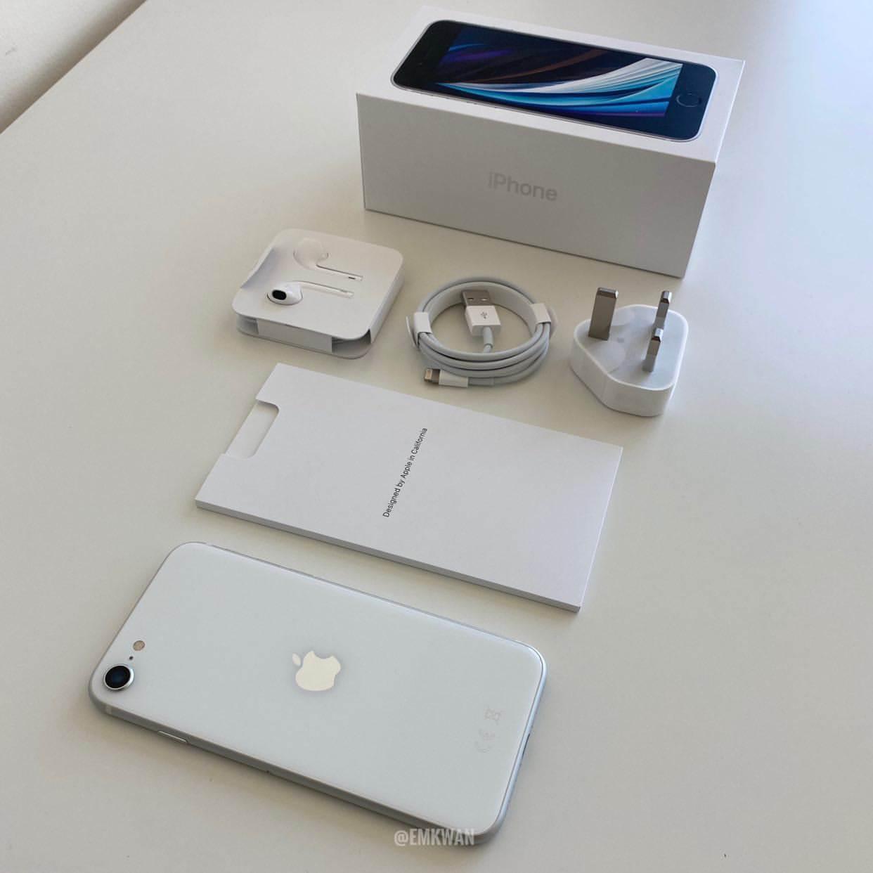 W sieci pojawił się pierwszy unboxing iPhone SE 2020 polecane, ciekawostki Wideo, Unboxing, rozpakowanie iPhone se 2020, iPhone SE 2020, Apple  Popularny bloger YouTube, Emkwan, udostępnił na swoim kanale YouTube film przedstawiający rozpakowania nowego iPhone'a SE, a także pierwsze wrażenia na temat najbardziej przystępnego cenowo smartfona Apple. SE1