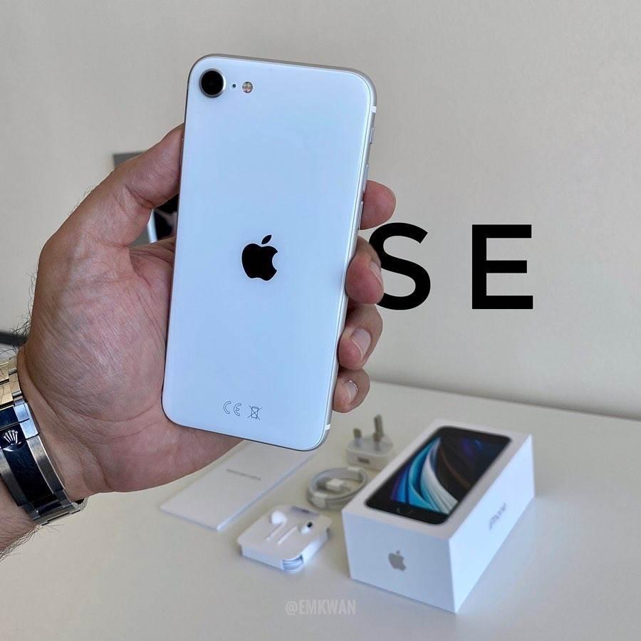 W sieci pojawił się pierwszy unboxing iPhone SE 2020 polecane, ciekawostki Wideo, Unboxing, rozpakowanie iPhone se 2020, iPhone SE 2020, Apple  Popularny bloger YouTube, Emkwan, udostępnił na swoim kanale YouTube film przedstawiający rozpakowania nowego iPhone'a SE, a także pierwsze wrażenia na temat najbardziej przystępnego cenowo smartfona Apple. SE2