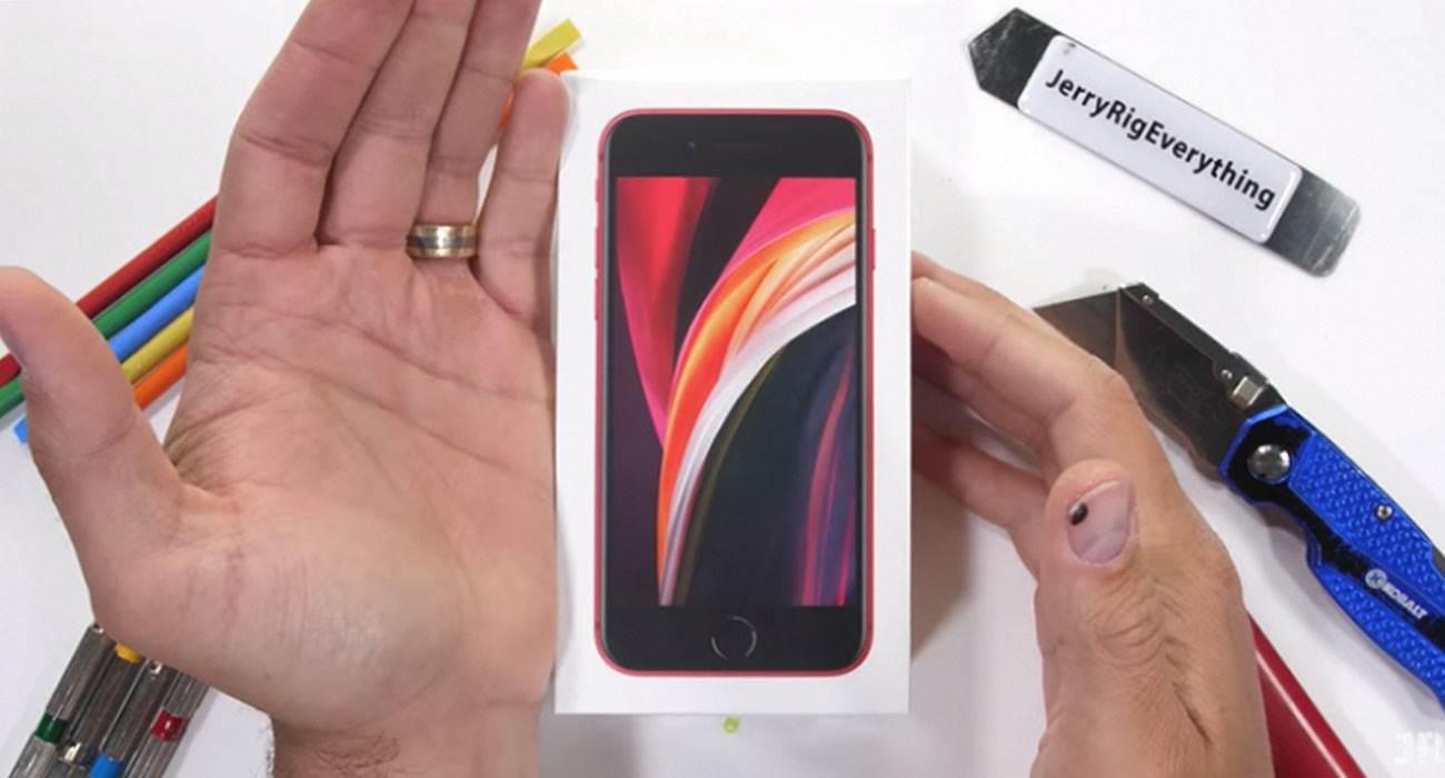 iPhone SE 2020 przetestowany pod kątem wytrzymałości polecane, ciekawostki test wytrzymałości, test na wyginanie, iPhone SE 2020, Apple  Znany tester wytrzymałości smartfonów Zack Nelson opublikował na swoim kanale YouTube nowy test z iPhone SE 2020 w roli głównej. iPhoneSE 2020 1