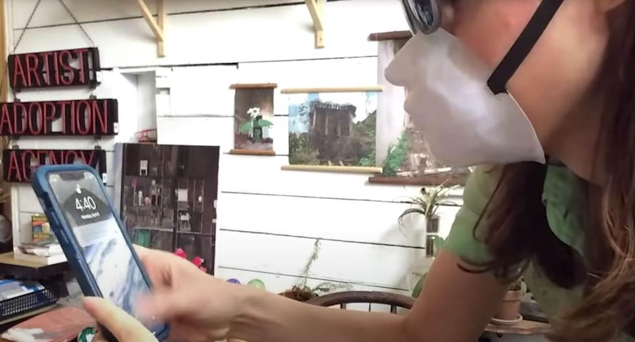 Danielle Baskin stworzyła maskę, która chroni przed koronawirusem i umożliwia odblokowanie iPhone?a z Face ID polecane, ciekawostki Wideo, maska która odblokuje iPhone, maska która działa z Face ID, jak odblokować iPhone w masce, face ID a maska, face ID  Prawdopodobnie już wiesz, że identyfikator twarzy - Face ID, który zadebiutował w iPhone X nie działa z tradycyjnymi maskami ochronnymi. maska 1