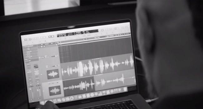 Apple udostępniło nowy film o tworzeniu muzyki za pomocą komputera Mac ciekawostki Wideo, Muzyka  Apple udostępniło nowy film o sztuce tworzenia muzyki, w którym wziął udział nominowany do nagrody Grammy amerykański producent Oak Felder muzyka reklama 650x350
