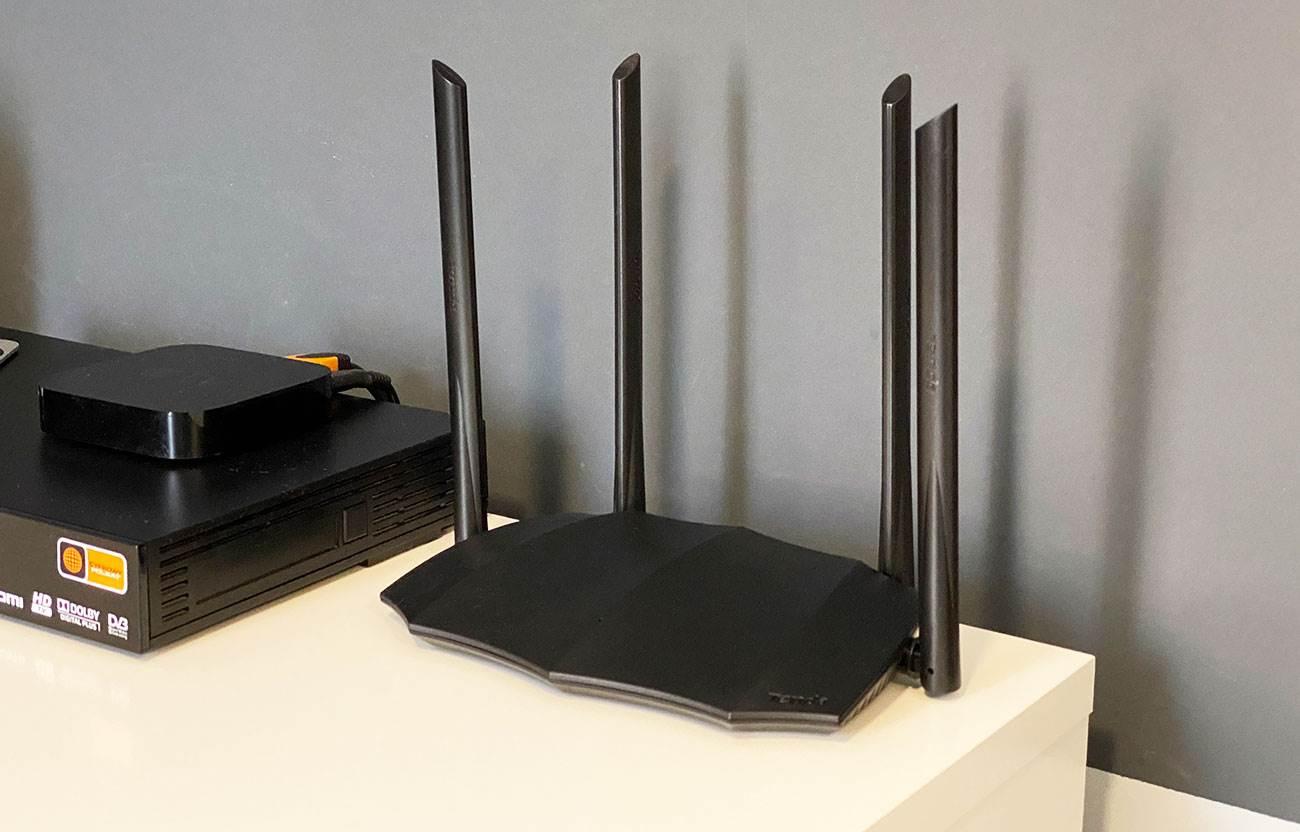 Tenda AC8 1200 - tani, kompaktowy, gigabitowy router z dużym zasięgiem Wi-Fi recenzje, polecane, ciekawostki Tenda AC8, Recenzja  Tenda wprowadziła kilka miesięcy temu do swojej oferty nowy, niedrogi dwuzakresowy router Wi-Fi o nazwie Tenda AC8 1200. Dziś chcielibyśmy napisać Wam kilka zdań na jego temat. Tenda AC8 6