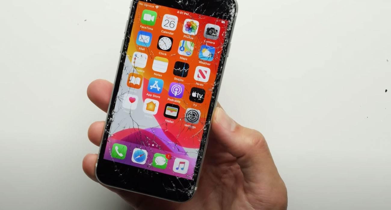 iPhone SE 2020 kontra iPhone 11 Pro Max. Który smartfon lepiej przetrwa upadek? polecane, ciekawostki Wideo, test na upadek, iPhone SE 2020 droptest, iPhone SE 2020, Apple  Smartfon iPhone SE drugiej generacji został bardzo dobrze przyjęty. Chociaż nie ma statystyk dotyczących sprzedaży, to oczywiście będzie to bardzo popularny model przez co najmniej kilka następnych lat. iPhoneSE droptest