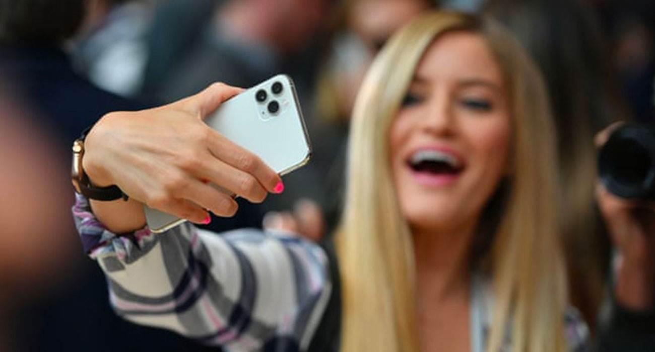 Apple uzyskuje patent na grupowe selfie na odległość polecane, ciekawostki wirtualne selfie, selfie na odległość, iPhone, grupowe selfie na odległość, Apple  Apple uzyskało patent na oprogramowanie ?generowanie sztucznych grupowych selfie?. O co dokładnie chodzi? Już wyjaśniamy.  Selfie