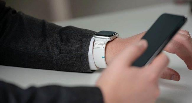 Mudra Band - inteligentny pasek, która pozwala sterować Apple Watch?em za pomocą gestów polecane, ciekawostki Wideo, opaska, Mudra Band, inteligentny pasek, Apple Watch  Projekt crowdfundingowy Mudra Smart Band szybko zyskuje popularność na IndieGoGo. Przez 2 tygodnie startup zebrał ponad 50,000 USD, chociaż potrzebnych było tylko 20,000 USD. opaska 650x350