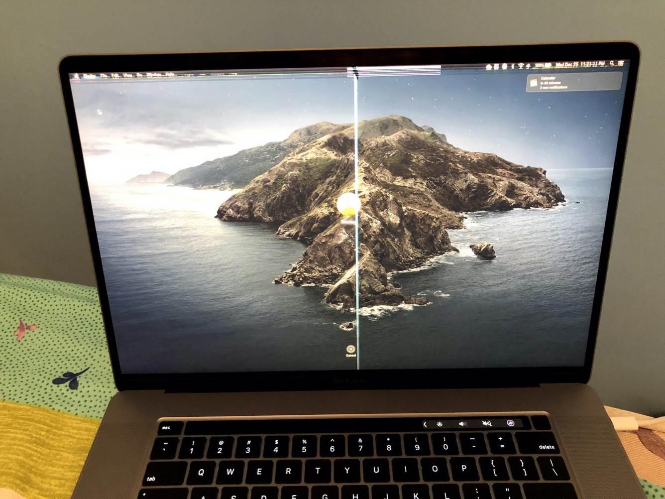 Osłona kamery internetowej może uszkodzić ekran Twojego MacBooka polecane, ciekawostki MacBook, kamera  Jeśli używasz specjalnej nalepki, osłony kamery internetowej na MacBooku, bądź bardzo ostrożny. Jak się okazuje mogą one uszkodzić wyświetlacz Twojego laptopa. macbookcamerabrokendisplay