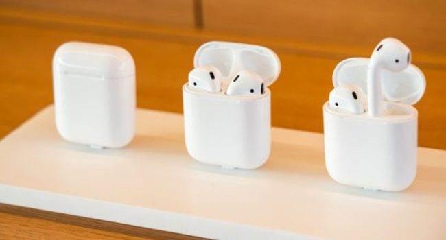 Bloomberg: W przyszłym roku firma Apple wypuści AirPods 3 i AirPods Pro 2 polecane, ciekawostki Premiera, Apple, AirPods Pro 2, AirPods 3  Według nowego raportu Bloomberg, Apple planuje wypuścić AirPods trzeciej generacji i AirPods Pro 2 w 2021 roku. AirPods 1 650x350