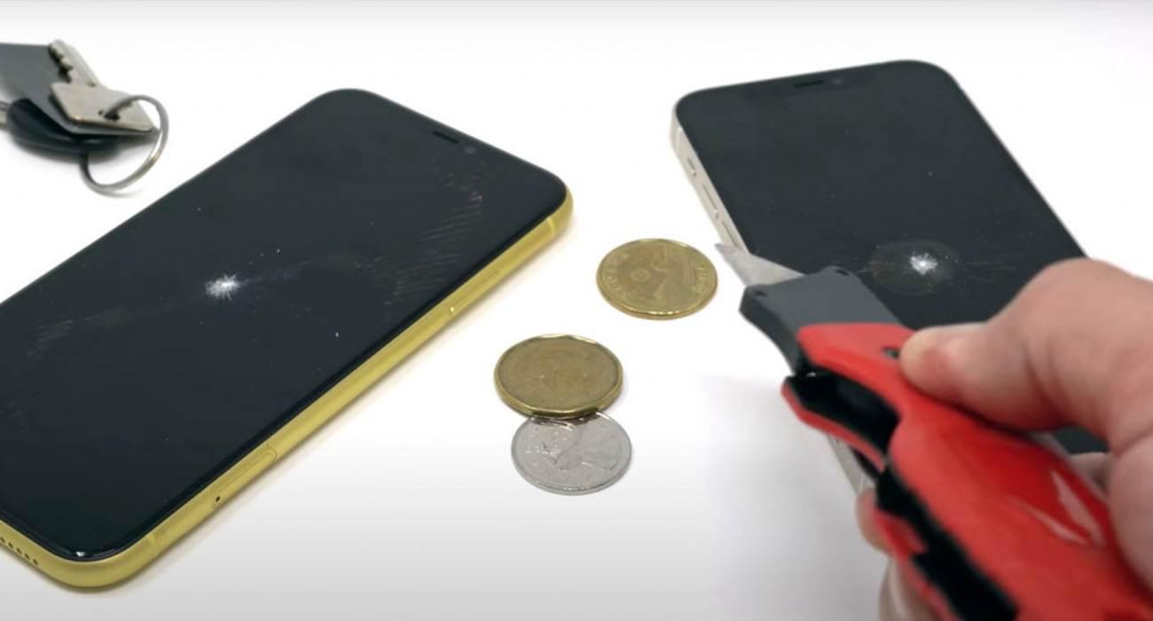 Czy nowa warstwa Ceramic Shield w iPhone 12 jest bardziej odporna na zarysowania? Sprawdźmy! polecane, ciekawostki twardość szkła iPhone 12, twardosc, twardość, test na zarywowania ekranu, rysy na iPhone 12 Pro, rysy na iPhone 12, iPhone 12, czy ekran iPhone 12 sie rysuje, Ceramic Shield  \Autor kanału YouTube MobileReviewsEh przetestował wytrzymałość nowego iPhone 12, który według Apple jest chroniony nowym szkłem Ceramic Shield z nanoceramicznymi kryształami, które zapewnia czterokrotnie lepszą ochronę przed upadkiem niż iPhone 11.  iPhone12 zarysowania