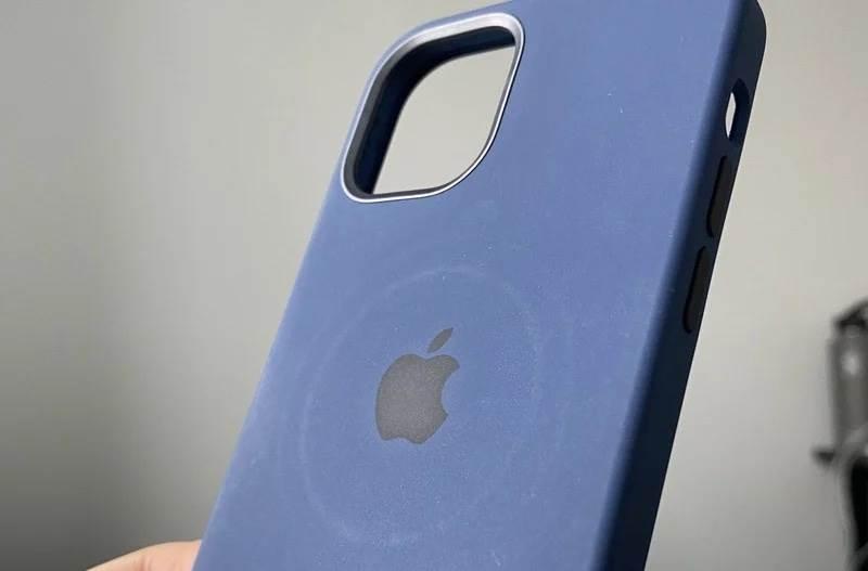 Bezprzewodowa ładowarka MagSafe pozostawia okrągły odcisk na etui iPhone 12 polecane, ciekawostki ślad na etui, odcisk na etui, magsafe, iPhone 12 Pro, iPhone 12, Apple  Zgodnie z nowym dokumentem wsparcia Apple, nowa ładowarka MagSafe może pozostawić okrągły ślad magnesów na markowym etui iPhone 12. iPhone12magnes