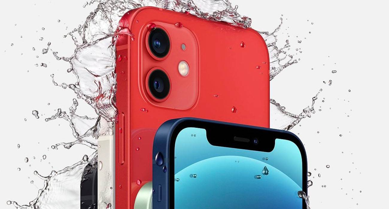 Wodoodporna reklama iPhone 12 wzbudza oburzenie ciekawostki wodoodporność, reklama, iPhone 12  Apple opublikowało nową reklamę, w której mężczyzna stoi w strugach deszczu z iPhone'm 12 przy uchu. Slogan reklamowy brzmi: ?Odporny na zachlapanie i wodę. Nie martw się, to iPhone?. iPhone12mini 3