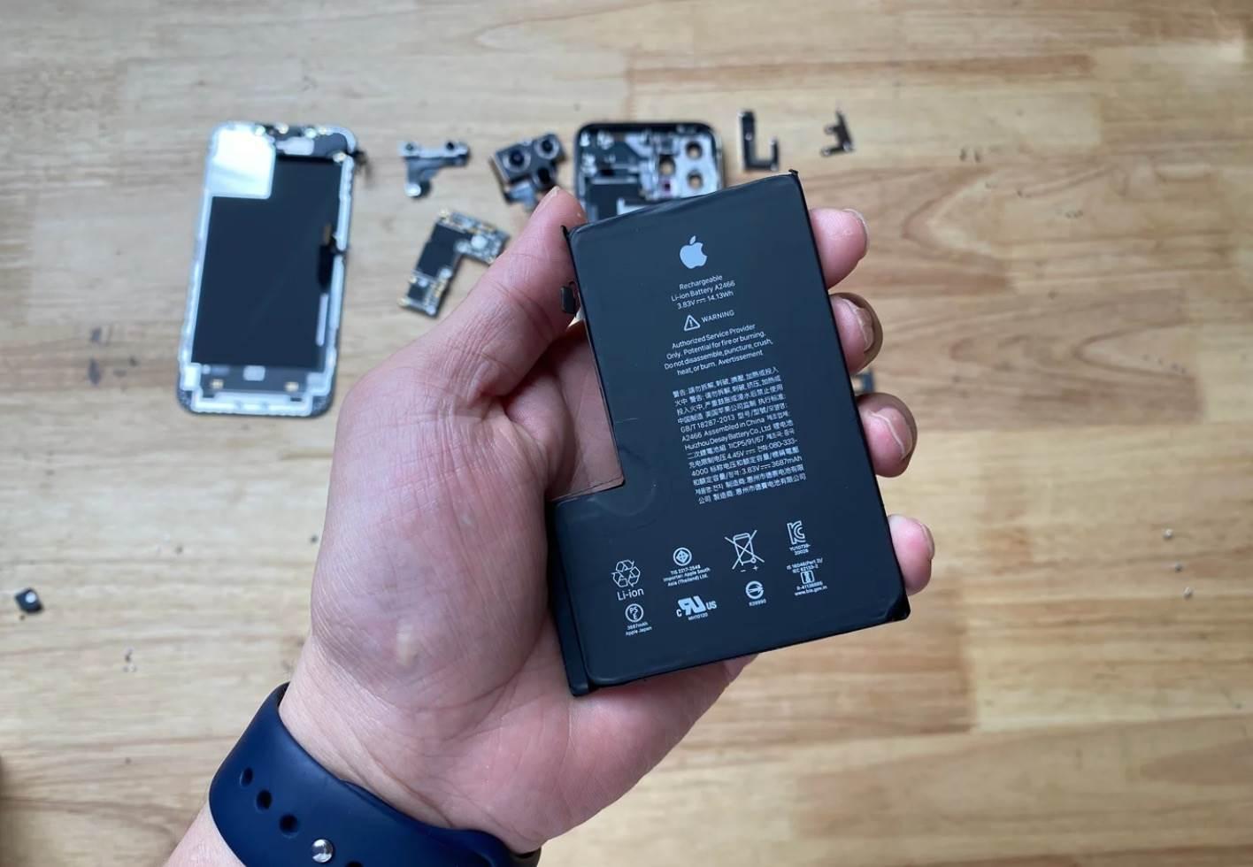 Poznaliśmy oficjalną pojemność baterii iPhone 12 Pro Max polecane, ciekawostki pojemność baterii, pojemnosc, iPhone 12 Pro Max, bateria iPhone 12 Pro Max  Chiński użytkownik opublikował na Webio zdjęcia części iPhone?a 12 Pro Max. Na zdjęciach znalazła się także bateria, która zdradza nam pojemność największego z tegorocznych iPhone?ów. 1@2x 17