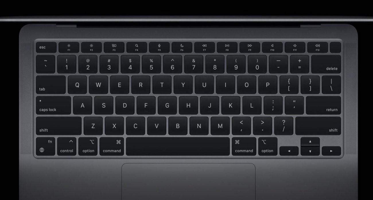 Apple zmienia funkcjonalność niektórych klawiszy funkcyjnych w MacBookach z czipem M1 polecane, ciekawostki układ klawiszy, Macbook Air, MacBook  Jak zauważył Mark Gurman z Bloomberg, Apple zmieniło funkcjonalność niektórych klawiszy funkcyjnych w nowych MacBookach z czipem M1. MacBookAir 1